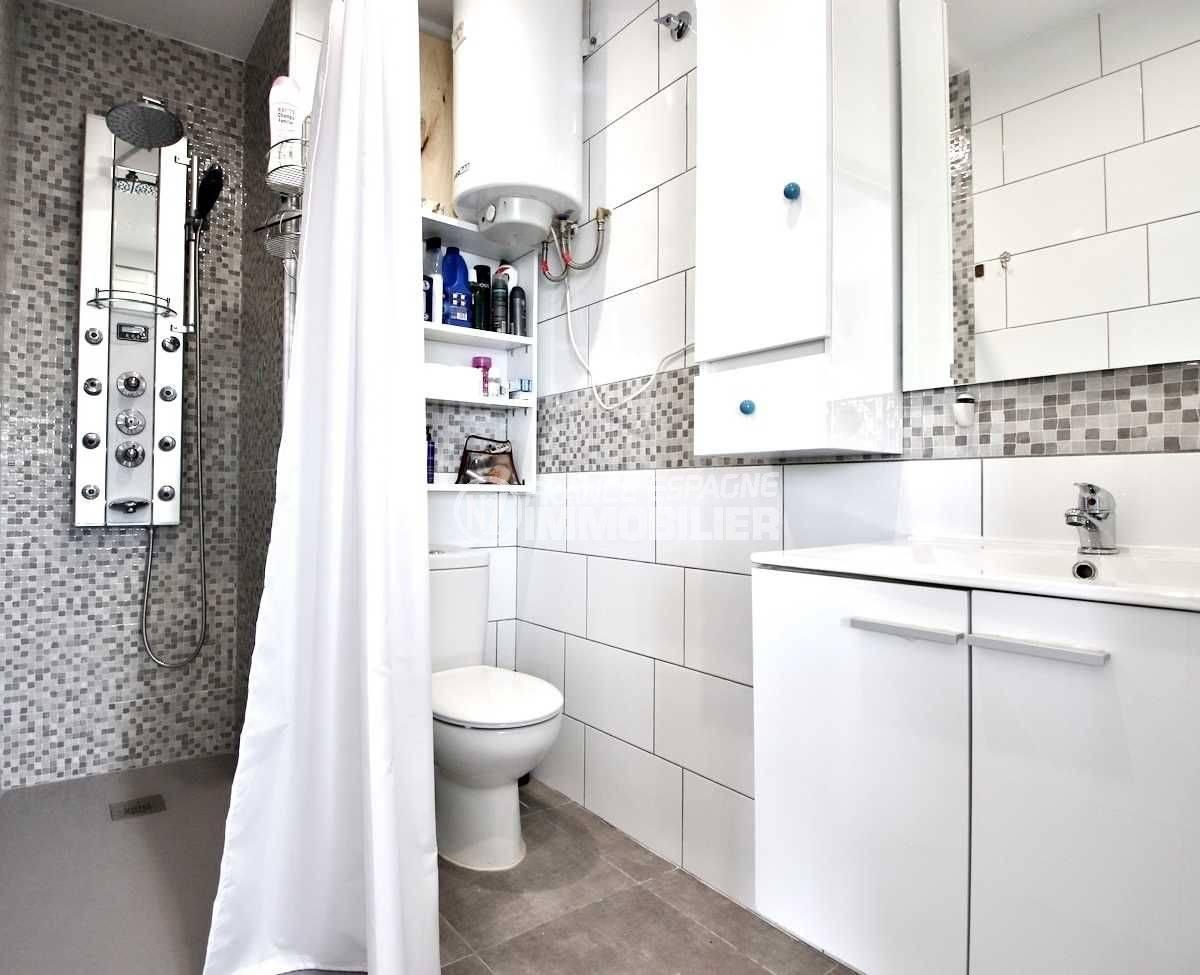 roses espagne: appartement ref.3654, salle d'eau: douche, meuble vasque, wc et rangements