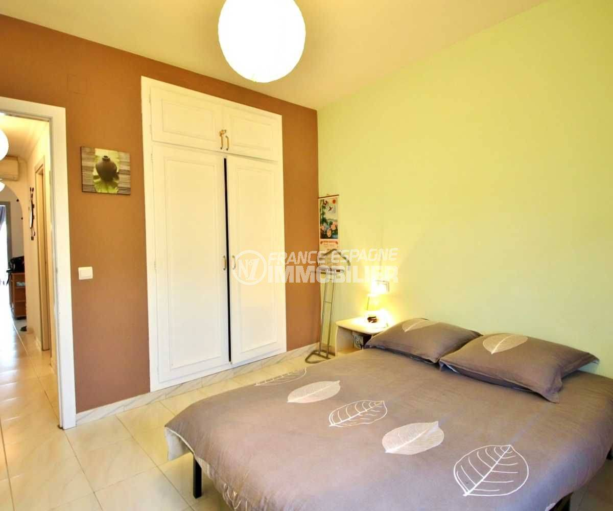 achat appartement rosas, ref.3664, deuxième chambre avec un lit double et des placards