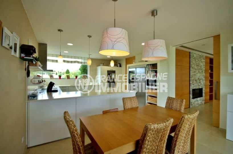 vente maison costa brava, ref.3682, vue sur la cuisine ouverte sur le salon