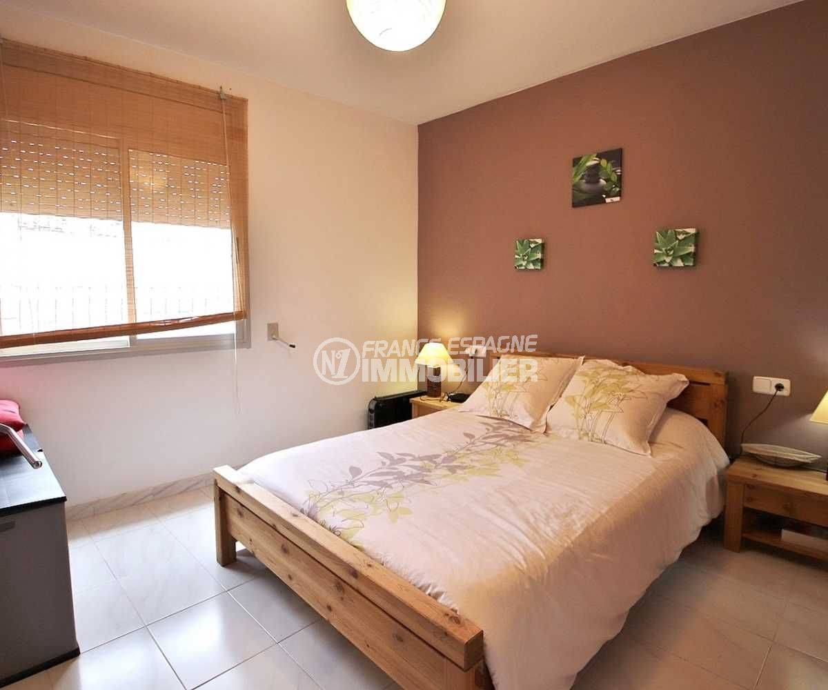 vente appartement a rosas, ref.3664, troisième chambre avec un lit douche et rangements