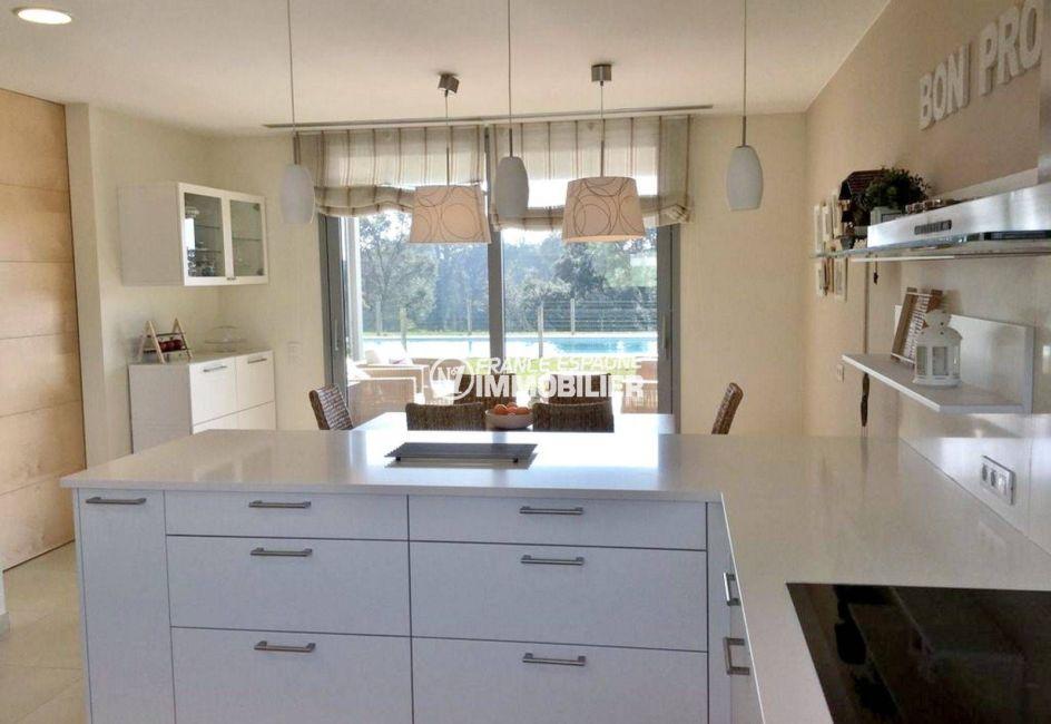 achat maison espagne costa brava, ref.3682, cuisine ouverte sur le coin repas vue piscine