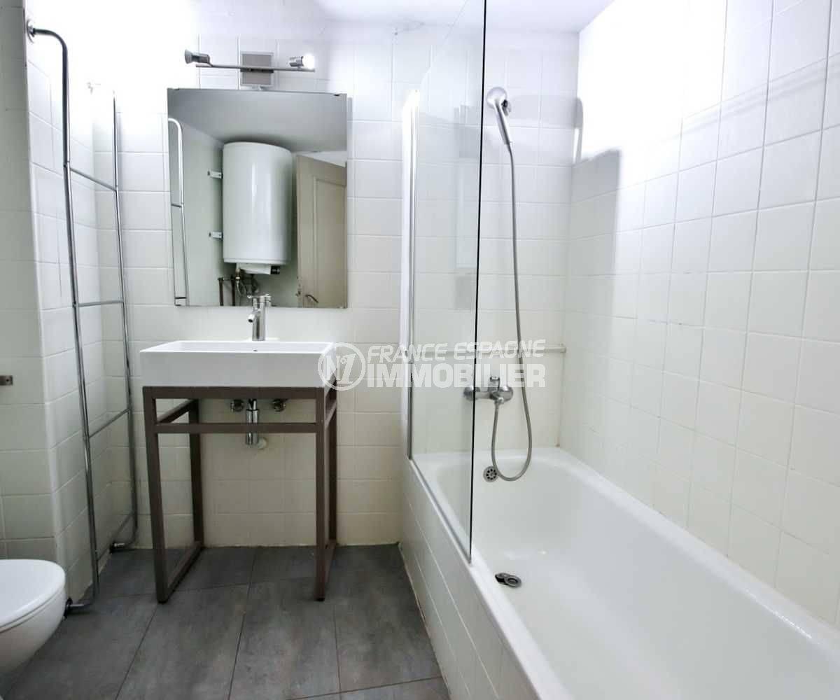 vente appartement rosas, ref.3679, salle de bains avec baignoire, vasque et toilettes