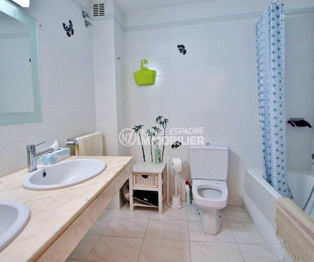 immo roses: ref.3664, salle de bains avec baignoire, double vasque et wc