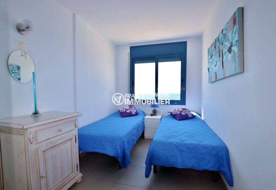 canyelles petites: villa 216 m², première chambre avec deux lits simples et rangements
