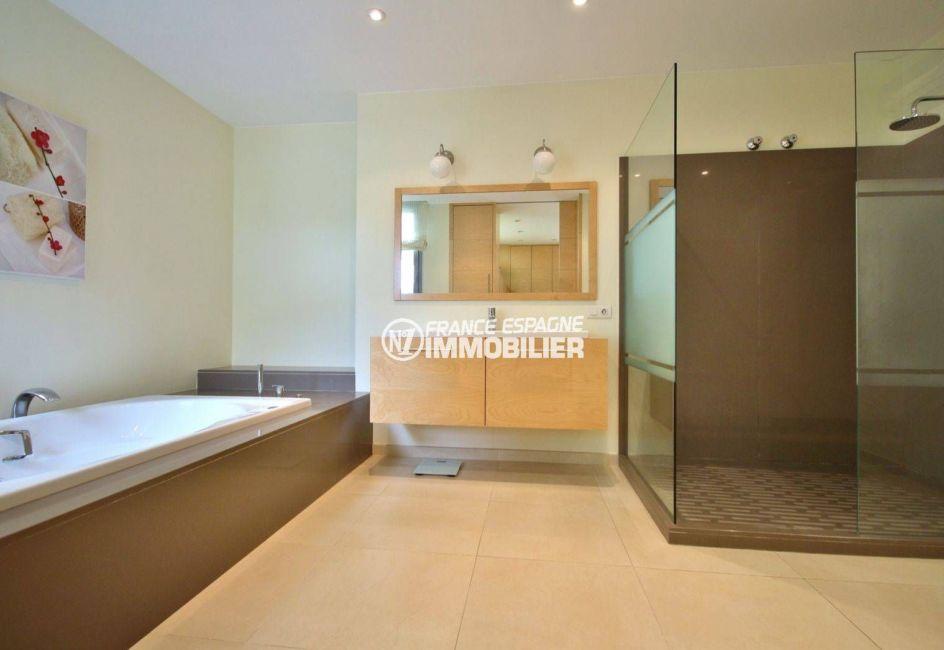 maison costa brava, ref.3682, suite parentale avec salle de bains baignoire et douche