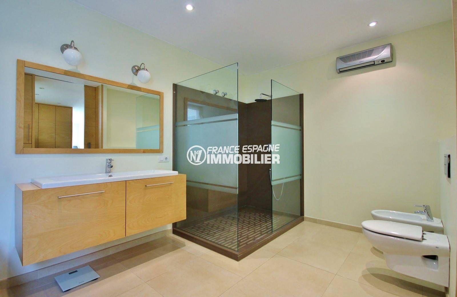 acheter maison espagne costa brava, ref.3682, meuble vasque avec douche, bidet et wc