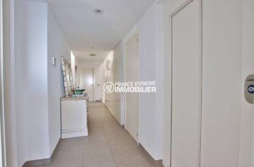 immocenter roses: villa 216 m², couloir qui dessert les autres pièces