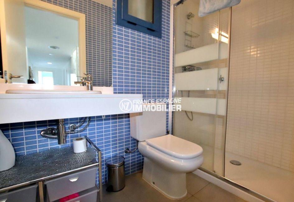 roses immobilier: villa 216 m², salle d'eau avec douche, vasque, wc et rangements