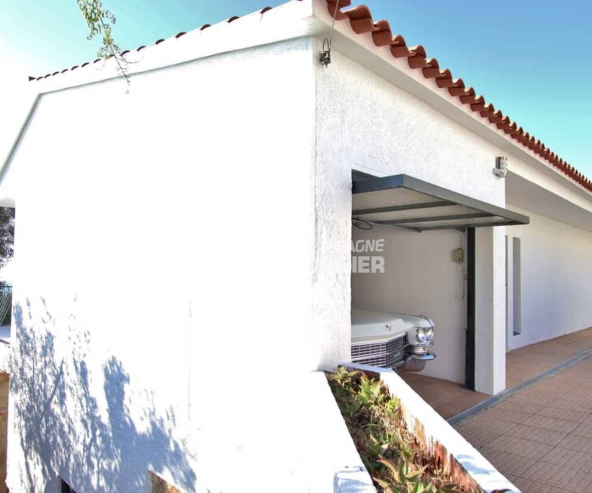 immocenter roses: villa ref.3512, aperçu d'un côté de la façade de la maison et du garage