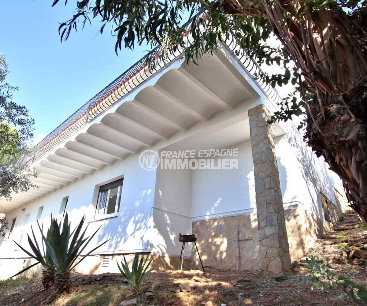 immo center rosas: villa ref.3512, vue d'un des côtés de la façade de la maison et le dessous de la terrasse