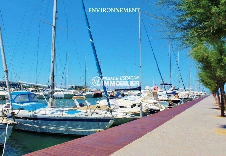 global immo rosas: vue sur les voiliers amarrés dans la marina à proximité
