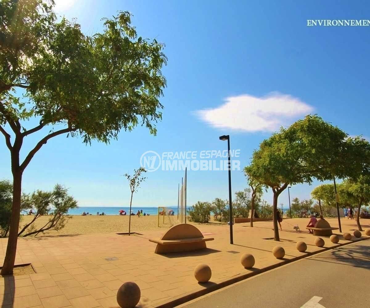 immocenter roses: studio ref.3655, espace de jeux aménagé sur la plage aux alentours