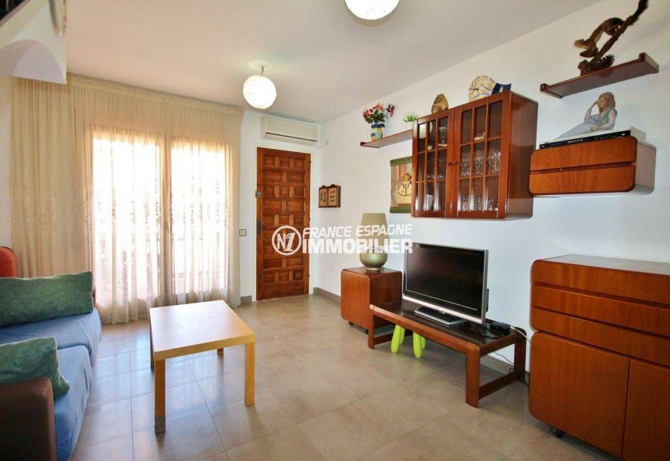 agence immobiliere empuriabrava: villa 75 m², salon / séjour avec terrasse et bbq