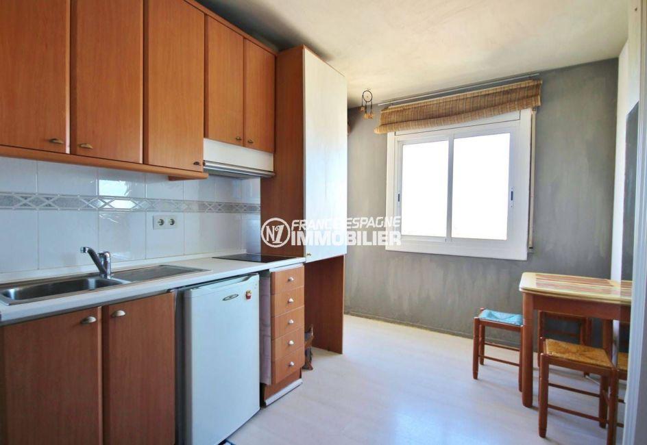 agence immobiliere costa brava: studio 23 m², cuisine ouverte équipée avec rangements