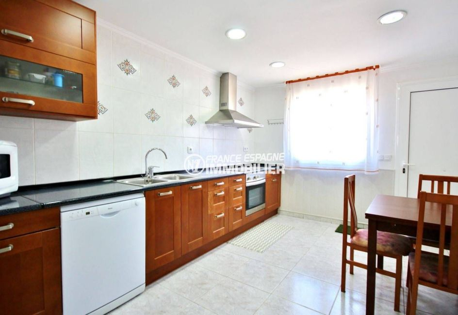 agence immobilière empuriabrava: villa secteur calme, cuisine indépendante aménagée
