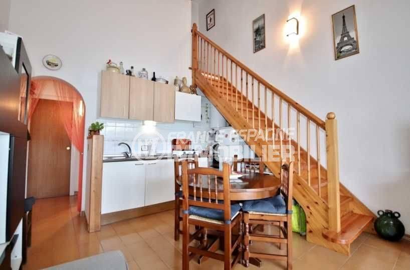 immo roses espagne: villa ref.3705, coin cuisine aménagé avec rangements + escalier