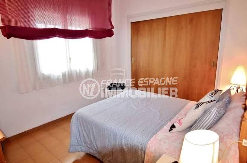 immobilier roses espagne: villa ref.3705, première chambre avec lit double et placards