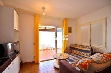 canyelles petites: villa 65 m², salon / séjour avec rangements accès terrasse