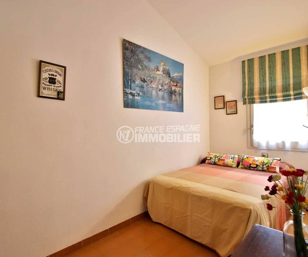 maison a vendre a rosas, ref.3705, deuxième chambre avec lit double et carrelage au sol