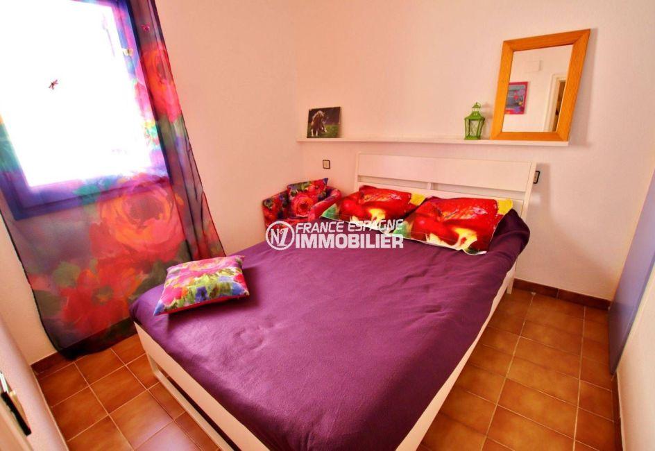 immo center rosas: villa 65 m², première chambre lumineuse avec lit double