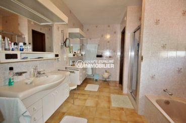 immo center roses: villa 463m² construit, vue sur une des 2 salles de bain