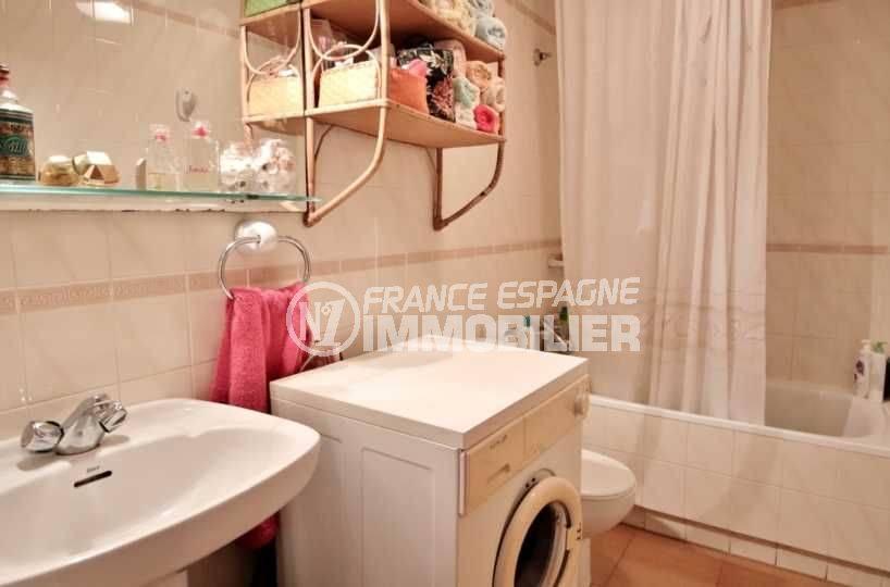 roses espagne: villa ref.3705, salle de bains avec baignoire, lavabo et wc