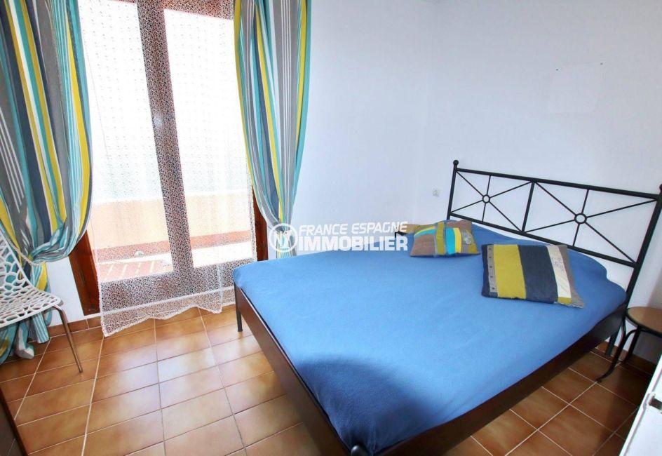 immocenter roses: villa 65 m², deuxième chambre avec lit double accès terrasse