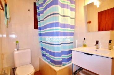 la costa brava: villa 65 m², salle de bains avec baignoire vasque et wc