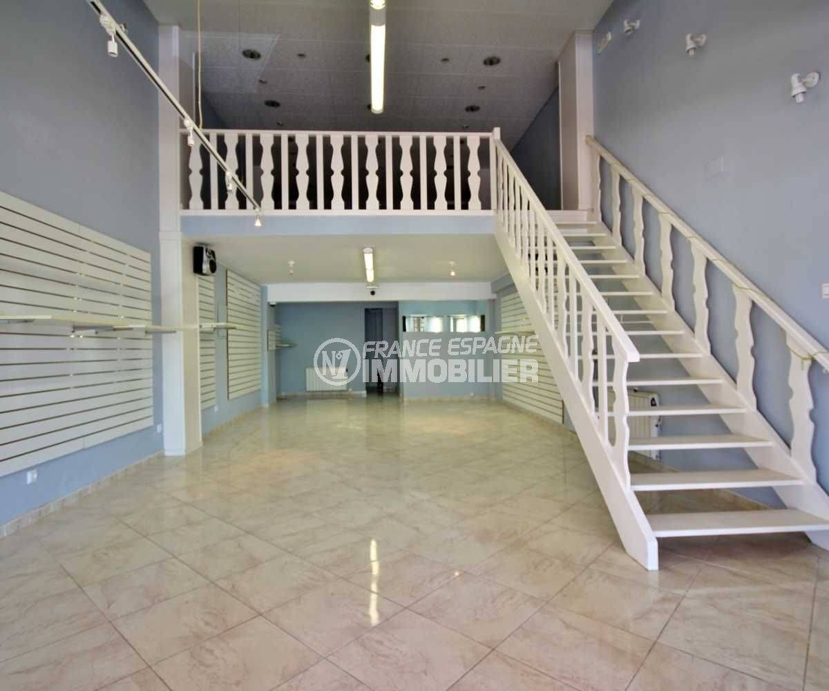 immo empuriabrava: commerce local de 118 m² avec étage vu sur l'escalier