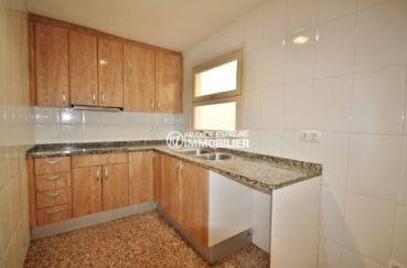 immo roses: appartement 100 m², cuisine aménagée indépendante avec des rangements