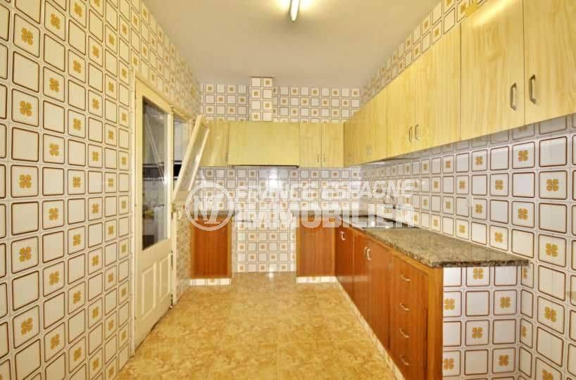 agence immobilière roses, vend appartement 105 m², petit prix - vue de la cuisine indépendante