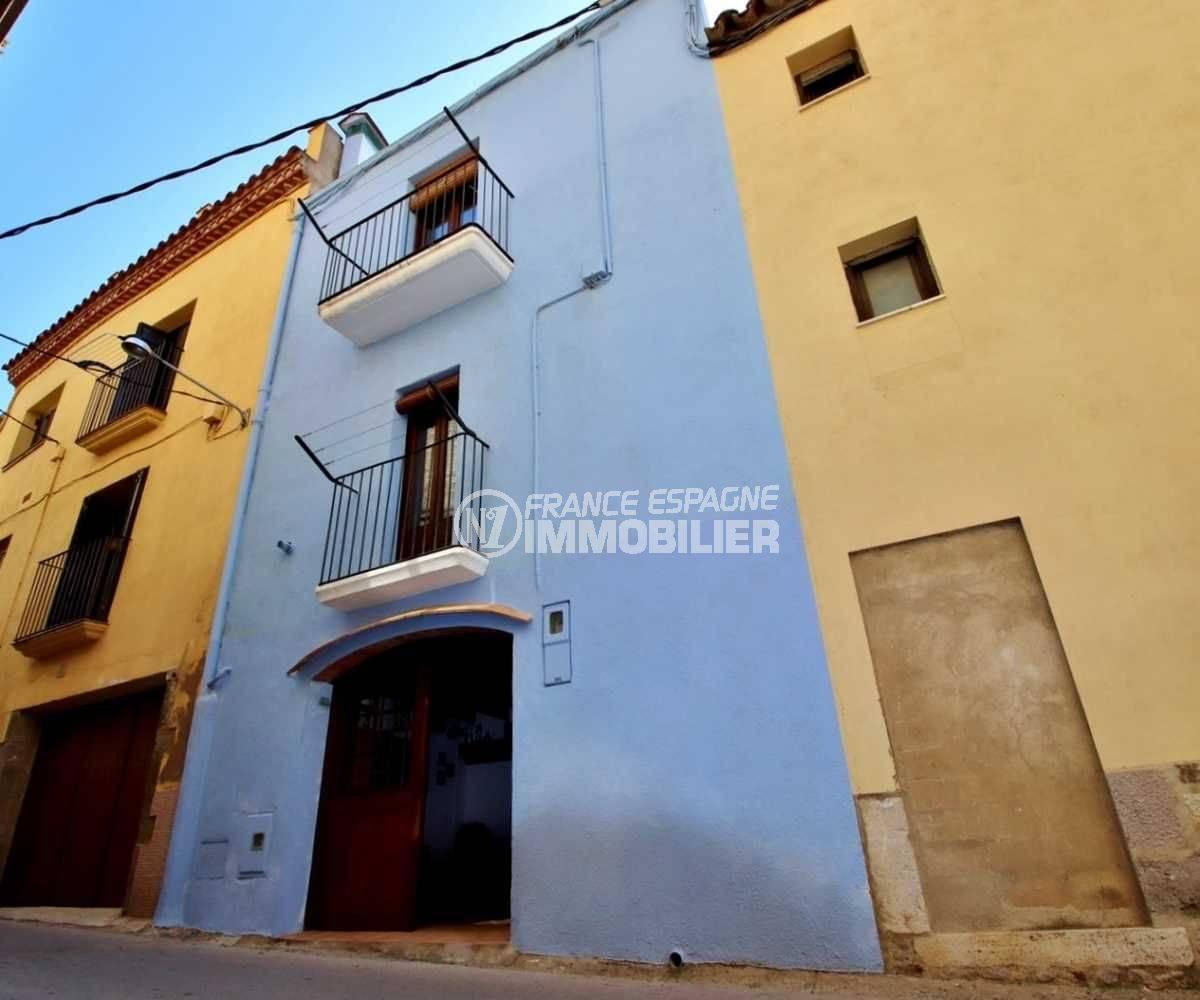 immobilier empuriabrava : maison ref.3714, la façade vue depuis la rue dans le centre historique