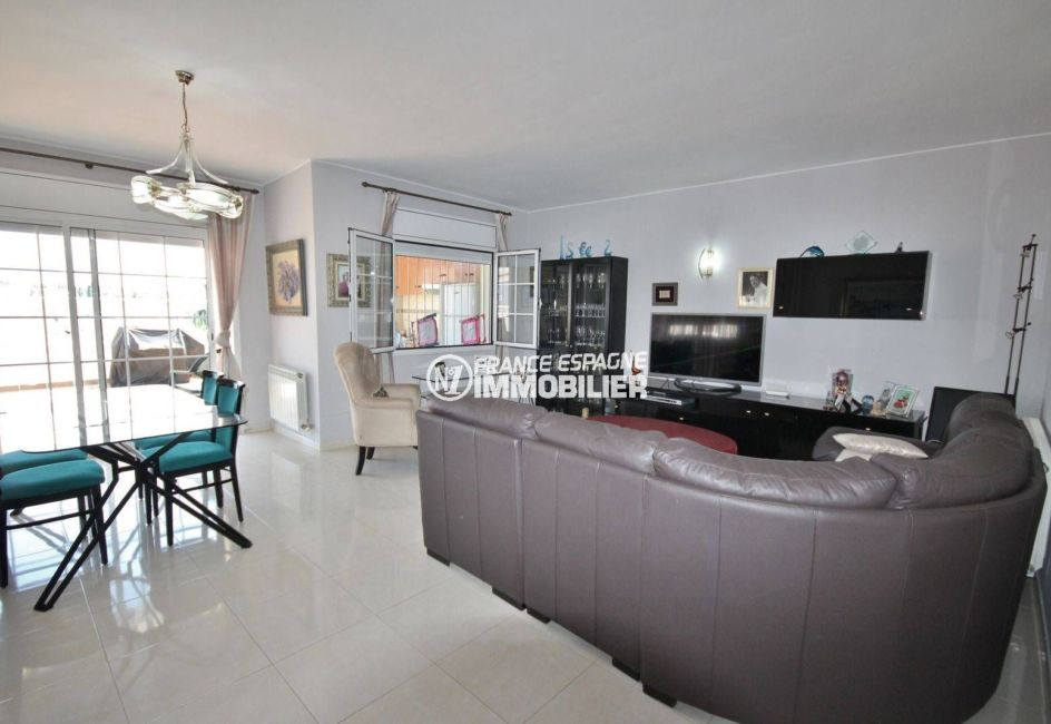 agence immobilière costa brava: villa avec piscine, salon / séjour avec accès au jardin