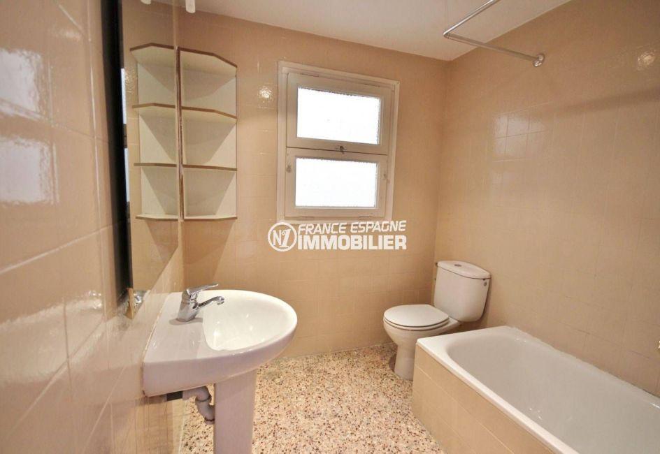 appartements a vendre a rosas, proche plage, salle de bain avec baignoire, lavabo et wc