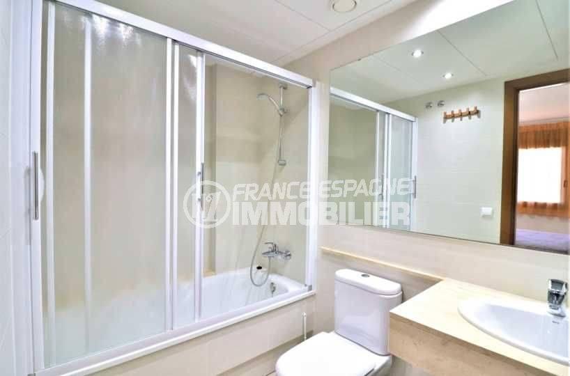 immo center roses: appartement ref.3718, salle de bains parentale