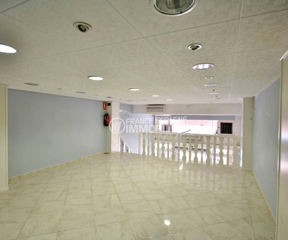 agences immobilières empuriabrava: commerce proche plage, étage très lumineux