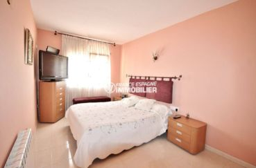 empuriabrava immobilier: villa piscine, première chambre avec lit double et rangements
