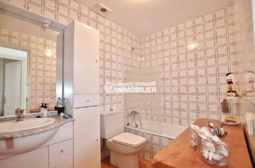 empuriabrava immobilier: appartement 54 m², salle de bain avec baignoir, rangements