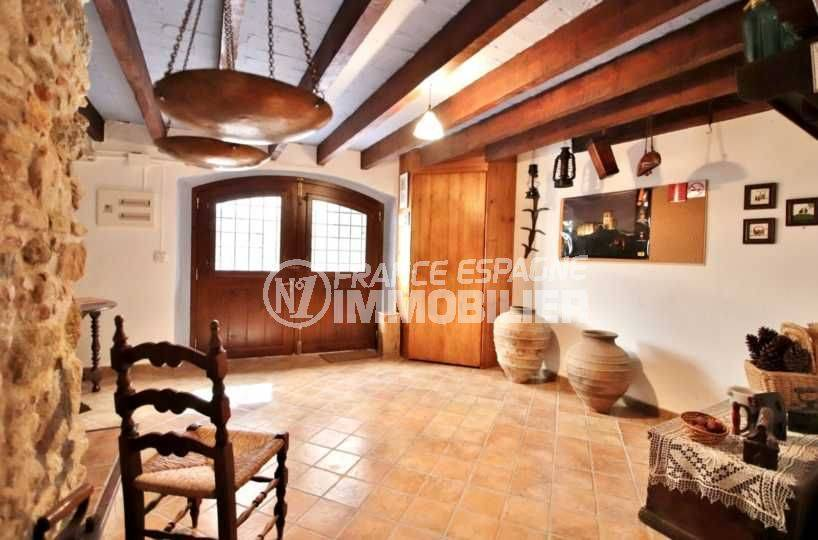 agence immobilière empuriabrava: maison typique centre historique de Castello d'Empuries, vue sur le séjour