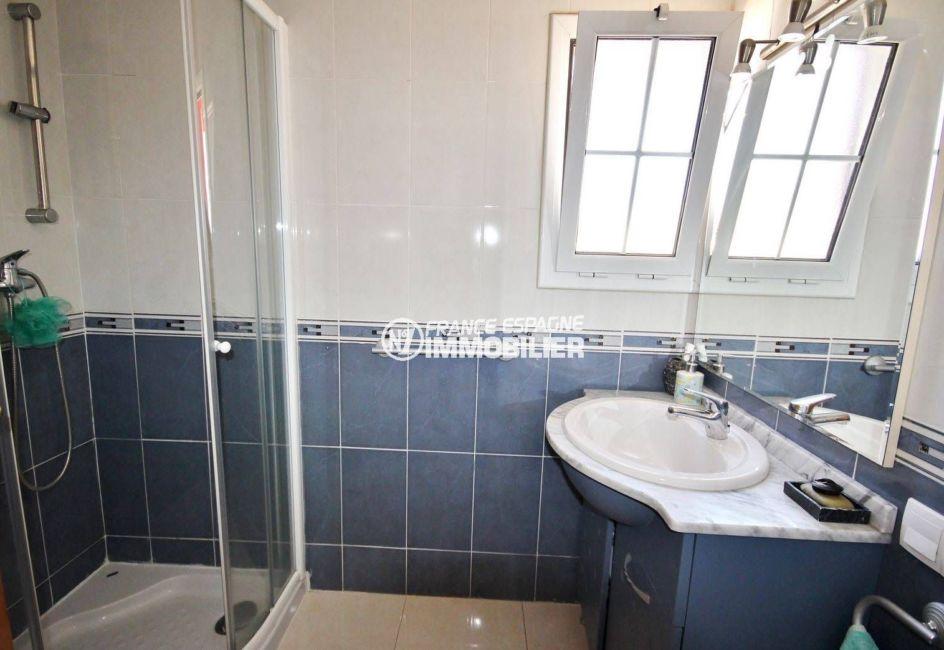 maison a vendre espagne, proche plage, salle d'eau avec cabine de douche et vasque