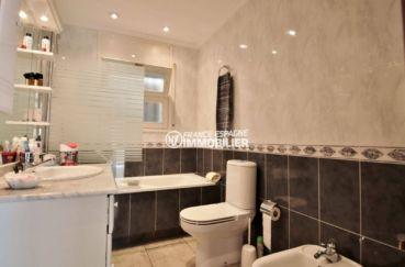 rosas immo: villa ref.3713, salles de bains avec vasque et rangements, wc et bidet