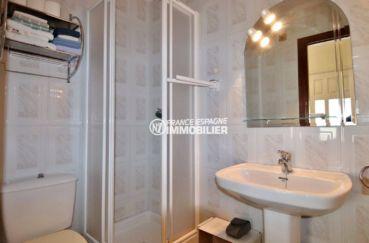 roses espagne: villa ref.3713, salle d'eau avec cabine de douche, lavabo et toilettes