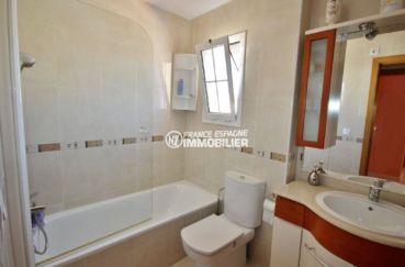 vente villa empuriabrava, piscine, salle de bains avec baignoire, meuble vasque et wc
