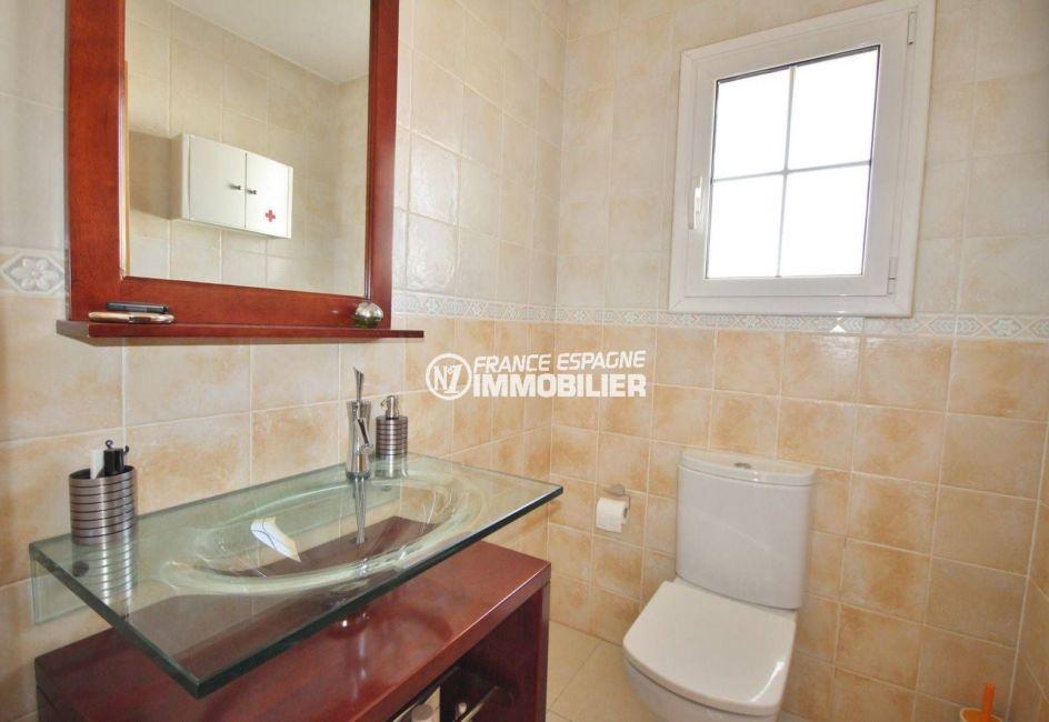 la costa brava: villa 188 m², aperçu des toilettes indépendantes avec un lavabo
