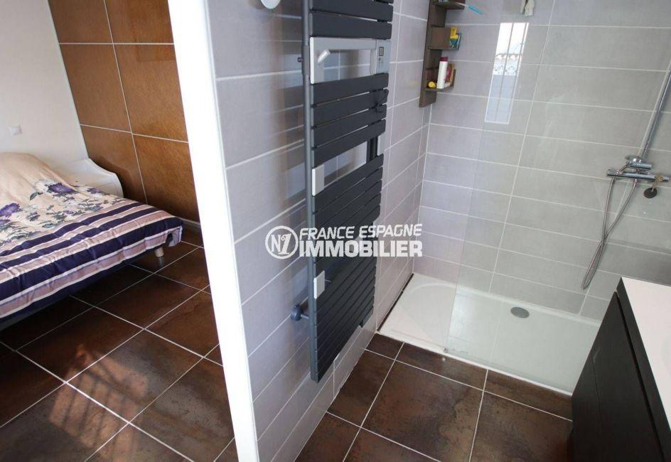la costa brava: villa ref.3720, suite parentale avec une salle d'eau et une douche