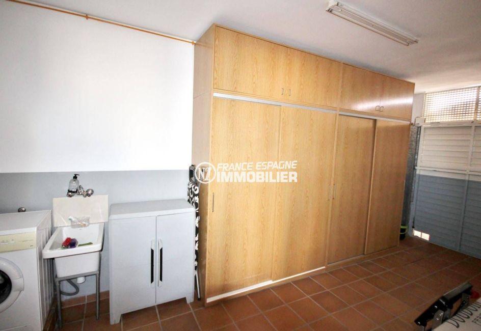 immobilier costa brava: villa 188 m², vue sur le débarras avec des rangements