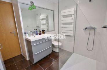 acheter maison costa brava, ref.3720, salle d'eau avec meuble vasque, douche et toilettes