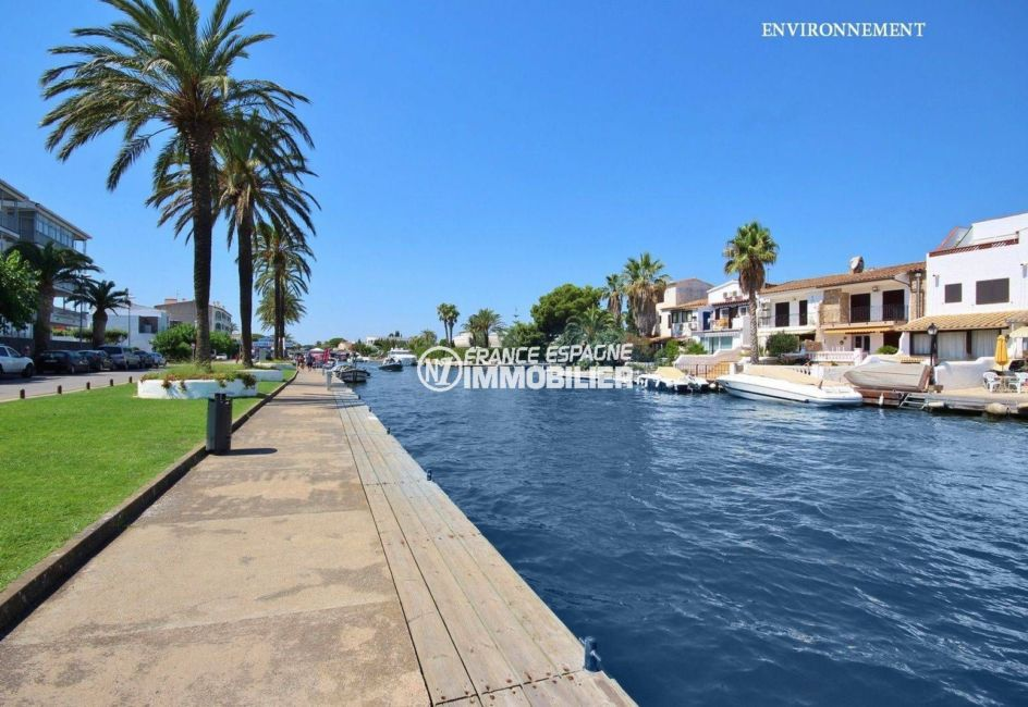 promenade en bateau sur le canal d'empuribrava, magnifiques villas tout au long