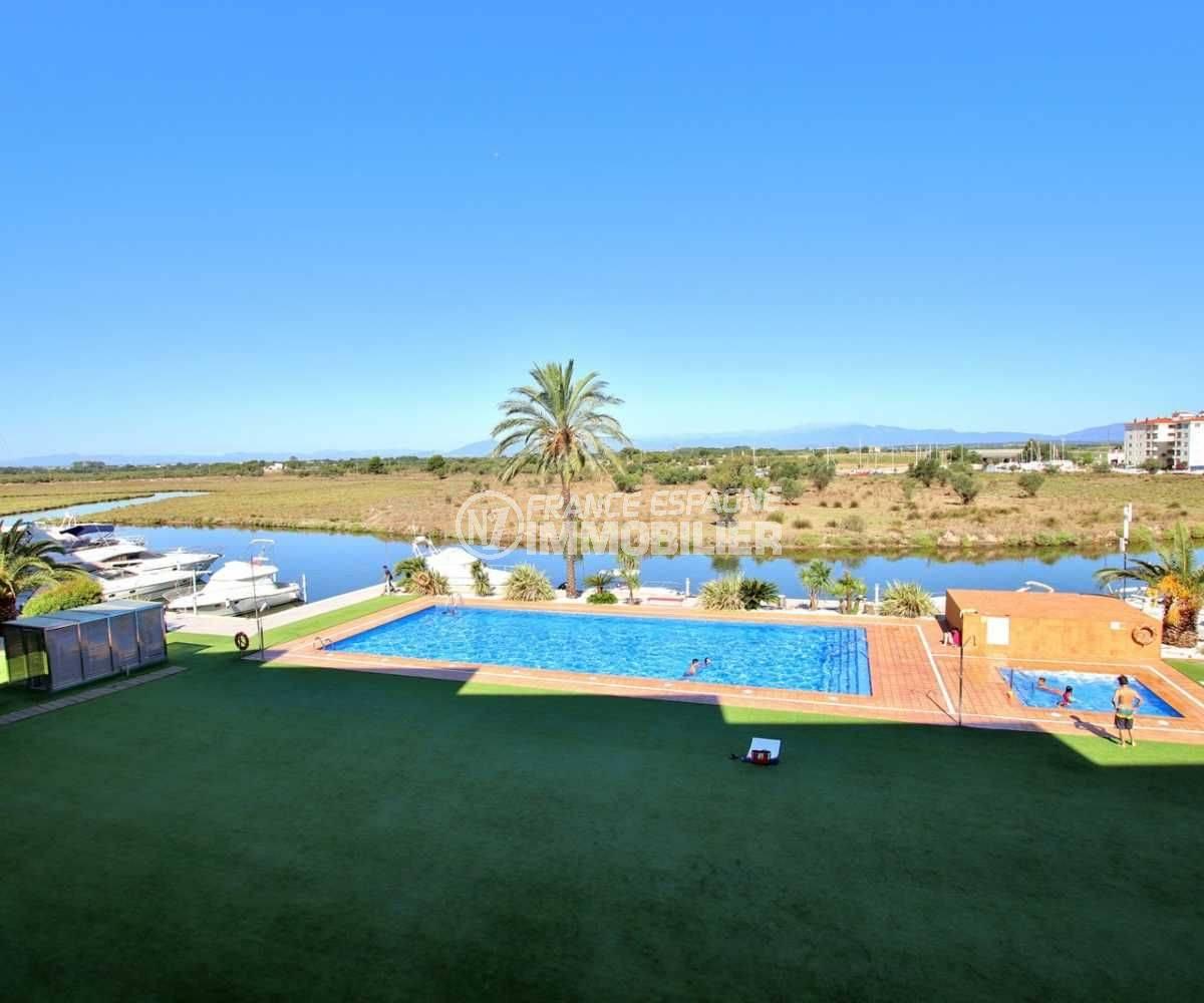 appartement a vendre rosas: vue sur la piscine et le parc naturel