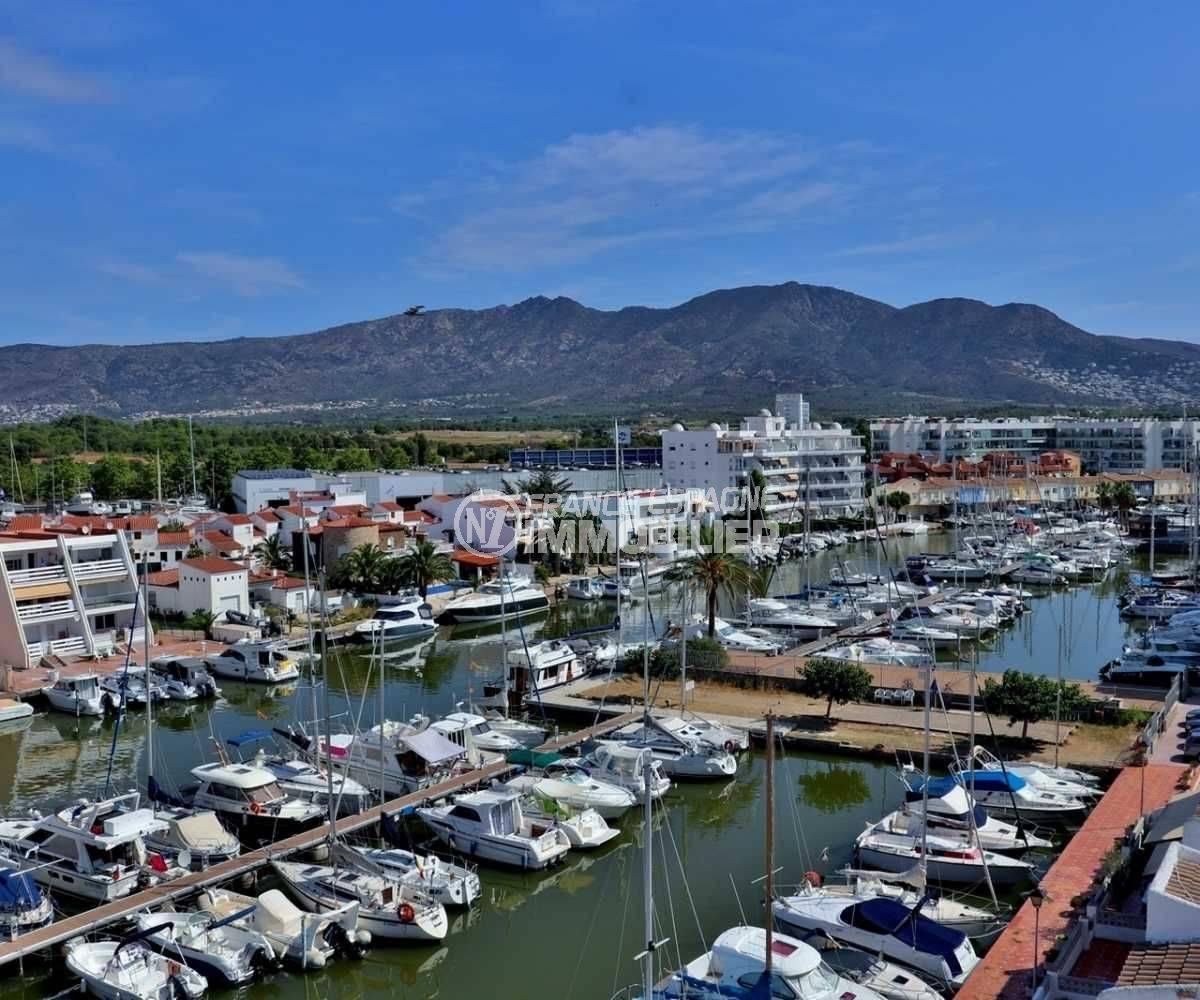 agence immobiliere costa brava: appartement 48 m², aperçu montagnes au loin et marina depuis la terrasse